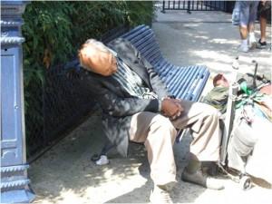 Er muss polyphasisch schlafen - nämlich dann, wenn er sich halbwegs sicher fühlen kann